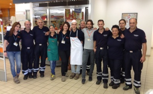 i volontari di marsala con il personale del punto vendita famila