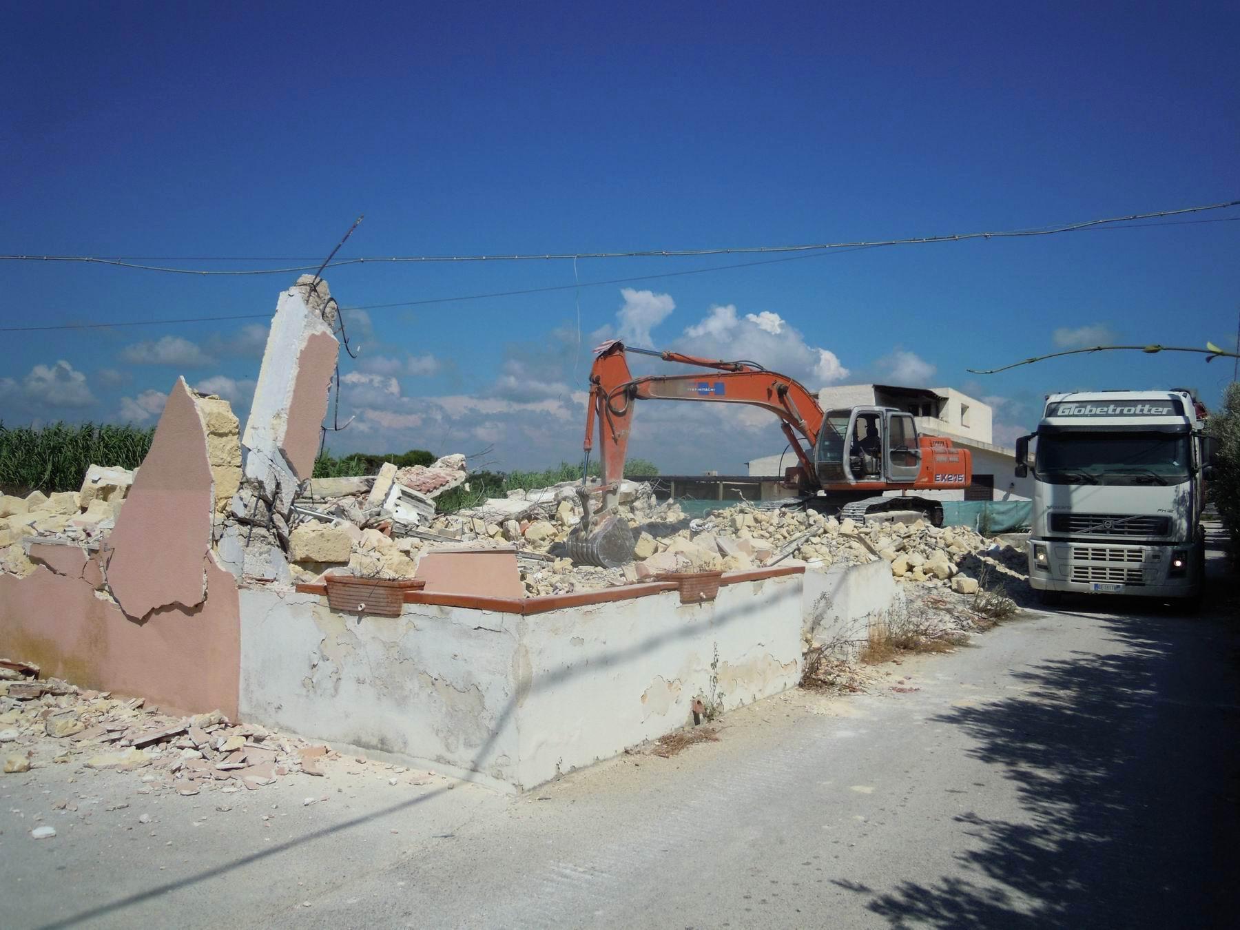 Abusivismo: abbattuti tre immobili a Marsala