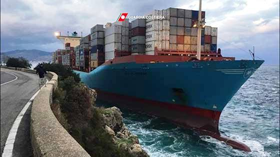 Mercantile danese si incaglia in prossimità dello Stretto di Messina [VIDEO]