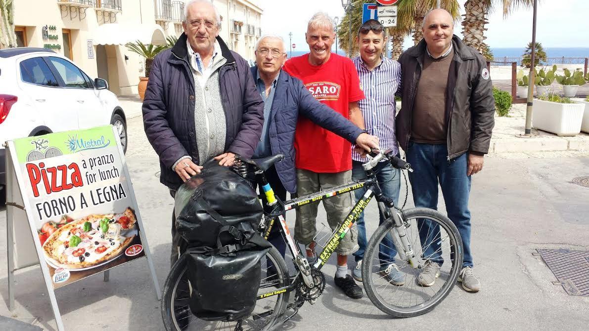 Ospite a Castellammare l'80enne Janus River, il ciclista solitario da 17 anni in viaggio