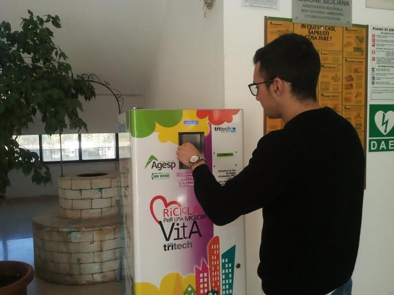 [Rifiuti] Castellammare: Compattatrice per plastica e lattine all'istituto Mattarella