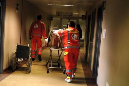 Vittima di un incidente stradale, in ospedale riceve la visita di 17 fidanzate. E succede il parapiglia