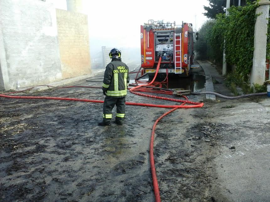 Campobello, Deposito in fiamme: In salvo solo le mura di cinta