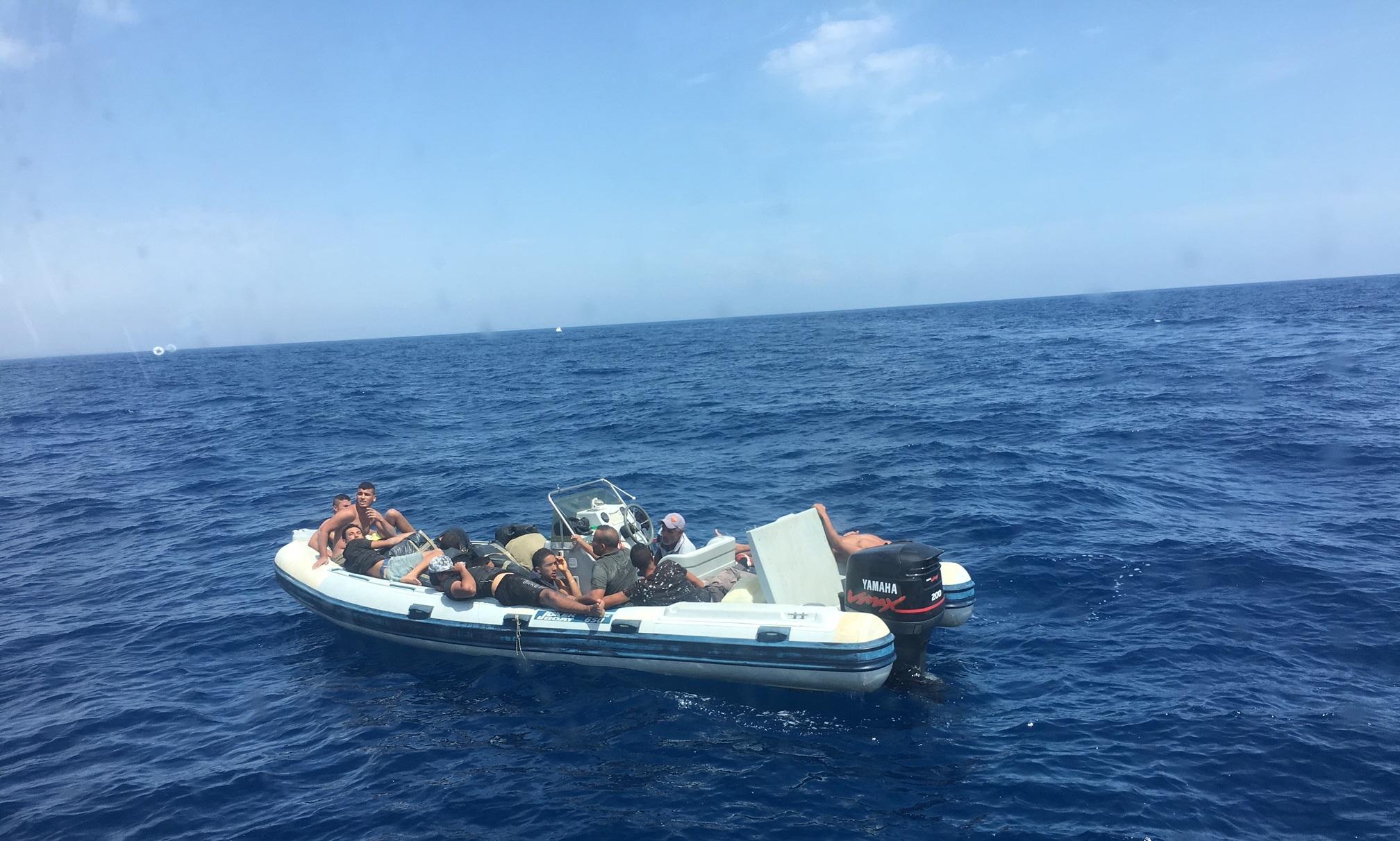[Immigrazione clandestina]Mazara. Soccorsi 14 migranti tunisini e  recuperati grossi sacchi neri contenenti numerose stecche di sigarette