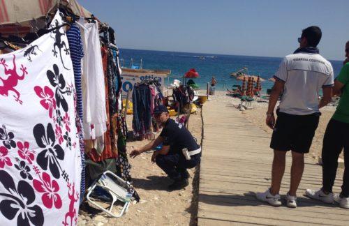 Castellammare del G. – Commercio abusivo sulle spiagge: Sequestrata merce per circa seimila euro.