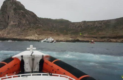 [Guardia Costiera] Soccorsa imbarcazione sugli scogli a Levanzo: salvi gli 11 passeggeri