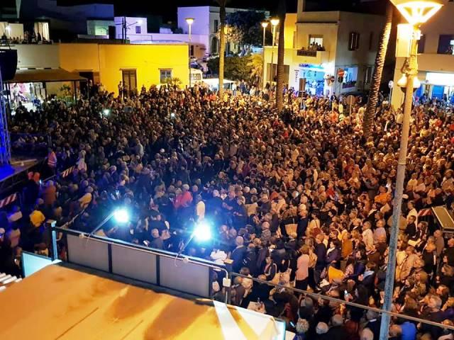 Strepitoso successo del concerto di Fausto Leali: in migliaia a Tre Fontane per assistere alla coinvolgente performance dell'artista