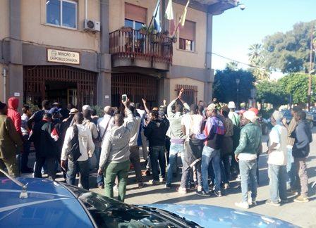 Campobello. Corteo di protesta dei lavoratori stagionali del campo di contrada Erbe Bianche