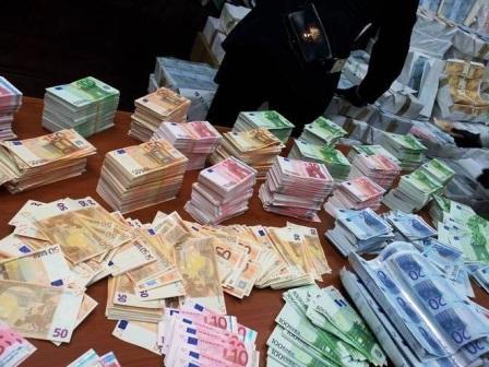 Vedevano banconote contraffatte sul web, sgominata banda criminale internazionale VD